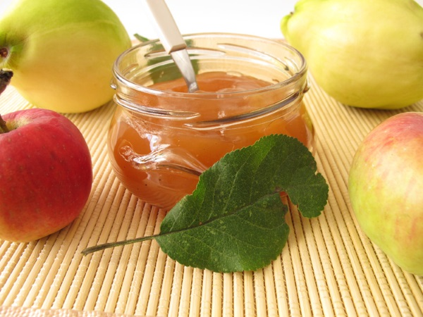 Яблоки и айву моют