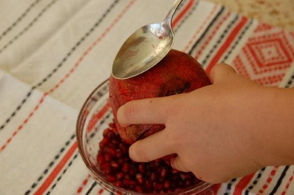 Нарезать плод пополам