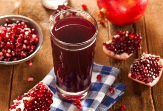Приготовленный сок из спелого фрукта