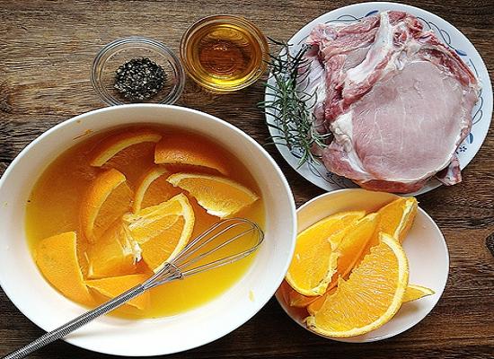 Свинина с апельсинами с травами
