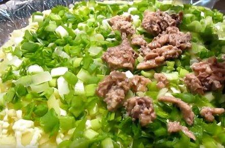 """Салат """"Подсолнух"""" с чипсами: рецепты с курицей, кукурузой, грибами, треской, семечками"""
