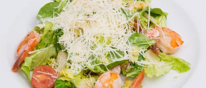 """Салат """"Цезарь"""" с креветками - рецепты приготовления, с семгой, кальмарами, авокадо, перепелиными яйцами"""