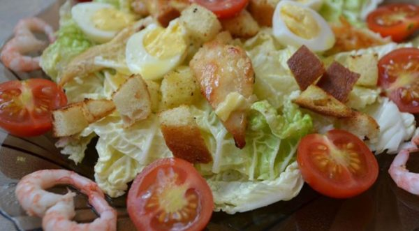 """Салат """"Цезарь"""" с курицей - пошаговые рецепты, с сыром, помидорами, с креветками, с сухарями, как в ресторане"""
