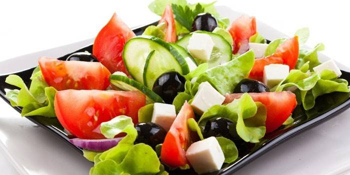 Салат с оливками: вкусные, простые рецепты с грибами, курицей, сыром, авокадо, креветками